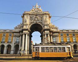Typická tramvaj v ulicích Lisabonu