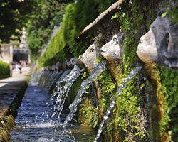 Jedna ze stovek fontán v Tivoli