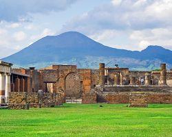 Pompeje a sopka Vesuv v pozadí