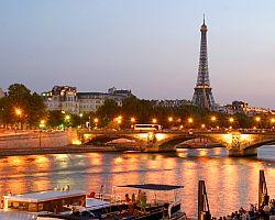 Večerní Paříž při plavbě Seinou