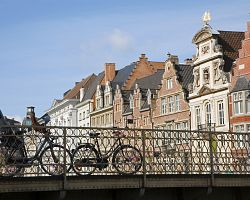 Typická kola a zděné domy Gentu