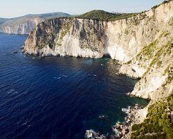 Skalnaté pobřeží Zakynthosu