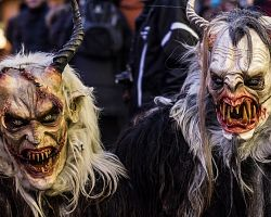 Masky pověstných čertů jako živé...
