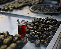 Pečené kaštany a typický turecký čaj