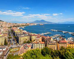 Přístav v Neapoli se sopkou  Vesuv