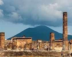 Pompeje pod dohledem nebezpečně vyhlížející sopky Vesuv