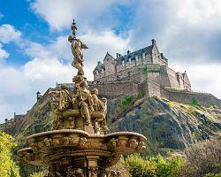 Majestátní Edinburský hrad na skále