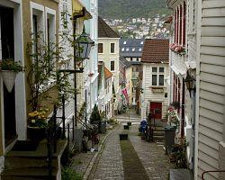 Malebné kopcovité uličky Bergenu