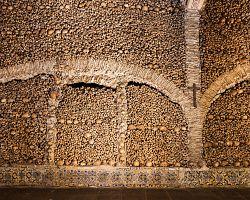 Kostnice v kostele svatého Františka v Évoře