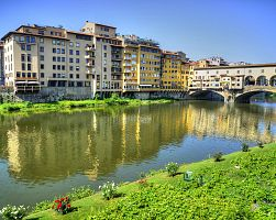 Most zlatníků ve Florencii a řeka Arno