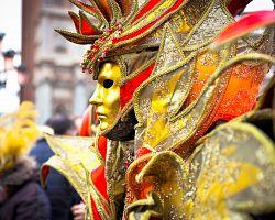 Bohatě zdobené karnevalové masky