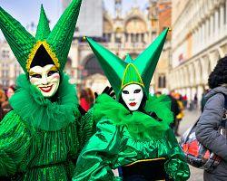 Pózující karnevalové masky