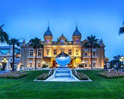 Světoznámé kasino v Monte Carlu