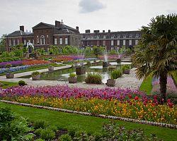 Pohled na královský hrad Kensington s parkem