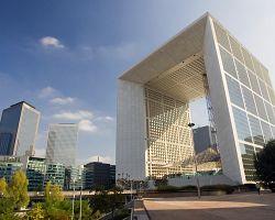 La Grande Arche je dominantou La Défense