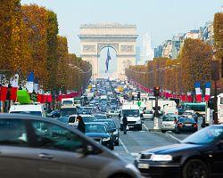 Luxusní bulvár Champs-Élysées s Vítězným obloukem