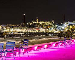 Noční atmosféra filmového Cannes