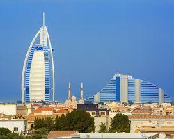 Vlevo hotel Burj Al Arab, vpravo hotel Jumeirah Beach