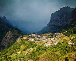 Pohled na malou vesničku v malebném Údolí jeptišek