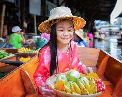 Dívka prodávající jídlo na plovoucích trzích