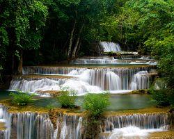 Nádherné Erawanské vodopády
