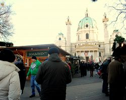 Vánoční trhy před jednou z dominant Vídně, Karlskirche.