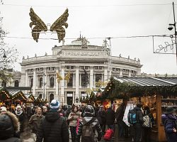 Vánoční trhy s pohledem na Burgtheater