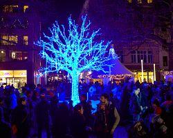 Vánočně vyzdobené město má pohádkovou atmosféru.