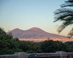 Výhled na Vesuv z Neapole
