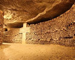 Fascinující pařížské katakomby plné kostí a lebek