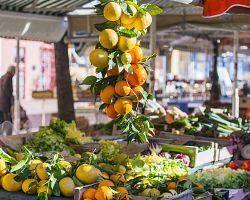 Cours Saleya je slavná tržnice v Nice