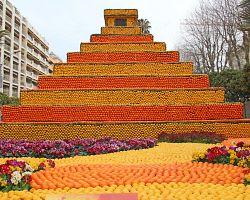 Mayská pyramida vyrobená z citronů a pomerančů na festivalu citrusů v Mentonu