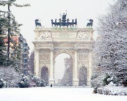 Zimní atmosféra Oblouku míru v Miláně