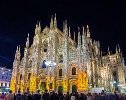 Velkolepé Duomo di Milano v záři světel