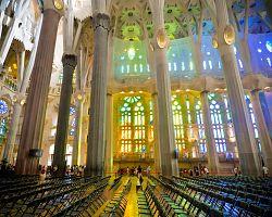 Úchvatný interiér chrámu Sagrada Familia
