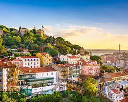 Nádherný výhled na Lisabon s hradem sv. Jiří