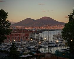 Neapolský  přístav s výhledem na Vesuv