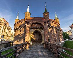 Opevněná gotická brána Barbakán