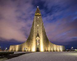 Nasvícená katedrála Hallgrimskirkja v hlavním městě Reykjavík