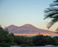 Působivý pohled na Vesuv z Neapole