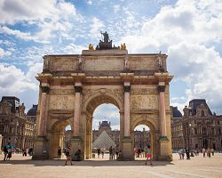 Oblouk Carousel s výhledem na Louvre