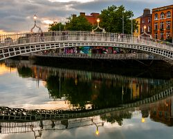 Most Ha´Penny bridge a řeka Liffey