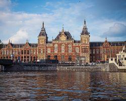 Pohled na budovu vlakového nádraží v Amsterdamu