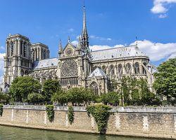 Katedrála Notre Dame na břehu řeky Seiny