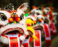 """Papírek se slovem """"štěstí"""" v ústech čínských lvů"""