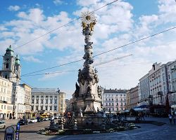 Hlavní náměstí a sloup svaté trojice v Linzu