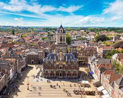 Hlavní náměstí v Delftu s renesanční radnicí