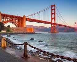 Most Golden Gate s mořem v popředí
