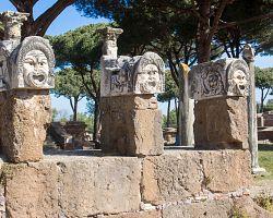 Divadelní masky na nalezišti Ostia Antica