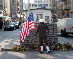 Checkpoint Charlie v Berlíně